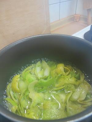 將檸檬皮用些許的水 煮出檸檬的精華
