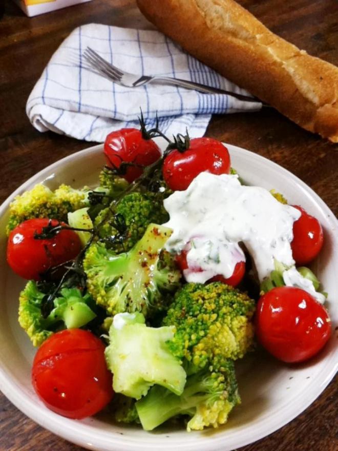 清燙花椰菜烤小蕃茄佐優格薄荷溫沙拉