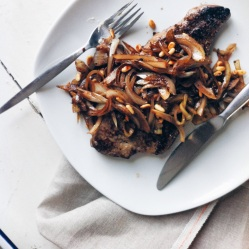 法式香煎牛肝佐洋蔥松子巴薩米可酒醋醬