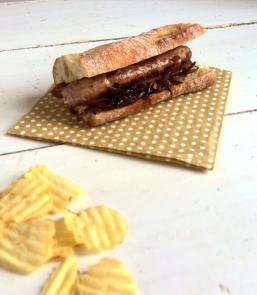 棍子肉腸甜洋蔥三明治