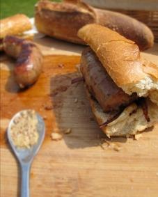棍子麵包肉腸甜洋蔥三明治