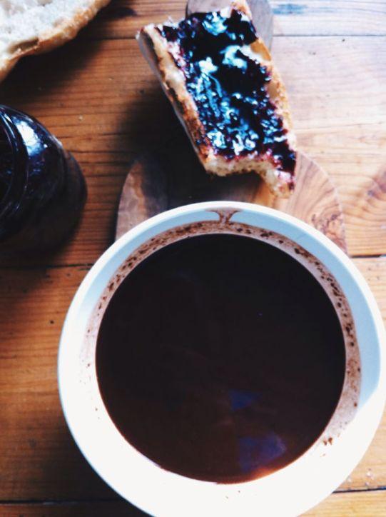 法國經典的早餐ㄧ定要ㄧ碗熱巧克力,然後將棍子麵包剖半,塗上半鹽奶油,在抹上果醬.... 然後,棍子麵包還要沾ㄧ下熱巧克力再送入嘴裡.......恩~~~~美味的法國早餐 在我這兒!