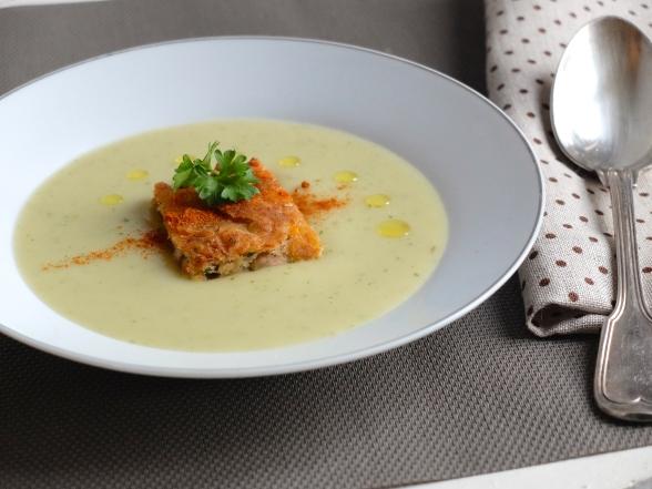 新鮮香草馬鈴薯濃湯佐炸新鮮香料紅蘿蔔鮪魚餅Soupe Pomme de terre aux herbes et beignets de thon epice