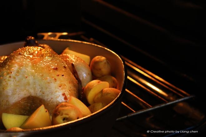 接著將馬鈴薯放進烤盤裡,用湯匙將馬鈴薯將烤盤裡的油脂與醬汁完全混合,讓每個馬鈴薯幾乎都沾到醬汁.