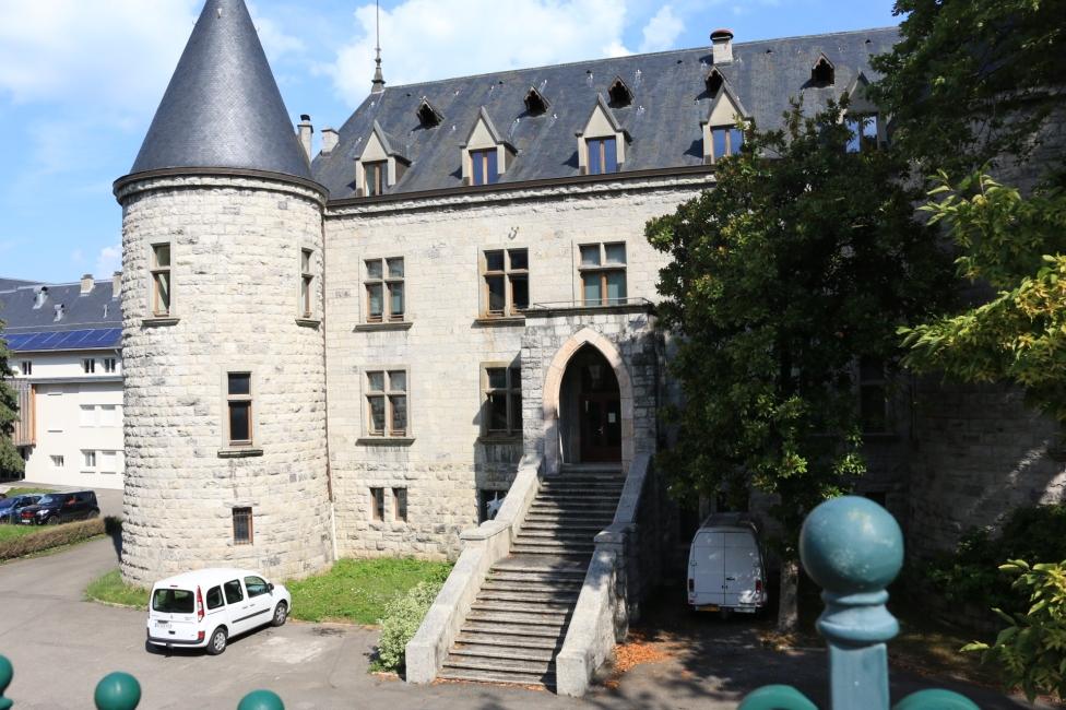 礦泉水鎮 Evian埃薇雍 中學校已城堡做建築.