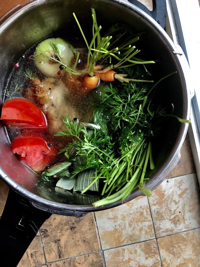 有時候會將根莖菜的葉梗一起入鍋熬煮高湯
