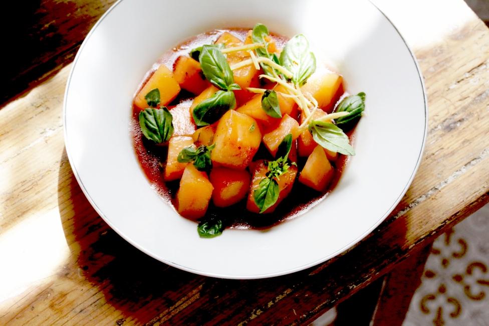 哈密瓜甜白酒薑絲與菜園裡的香草